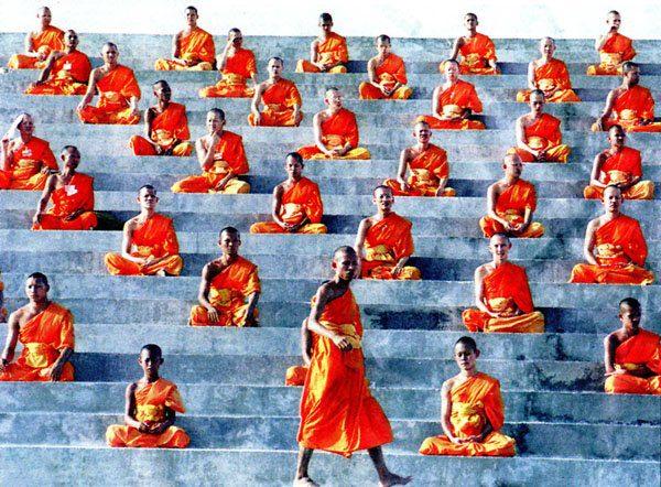 Monjes budistas meditando