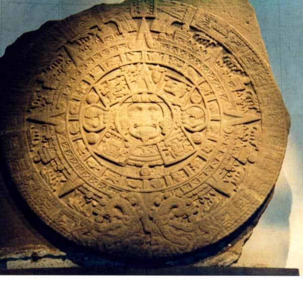 Piedra tallada con el calendario Azteca Las profecías Mayas