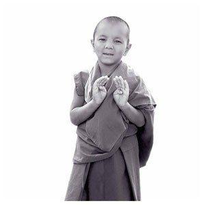 Niños Tibetanos haciendo meditación con Mudras 02