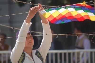 28 septiembre 2008 - Celebración del día Internacional de la Paz frente al palacio de Gobierno de Chile - Colocando whipala bella