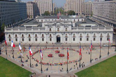 28 septiembre 2008 - Celebración del día Internacional de la Paz frente al palacio de Gobierno de Chile - Foto bandera humana de la Paz cerca