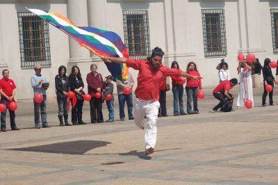 28 septiembre 2008 - Celebración del día Internacional de la Paz frente al palacio de Gobierno de Chile - Mono poderoso y la whipala