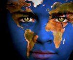 Mapa-del-mundo-en-los-hojos-de-un-ni-o