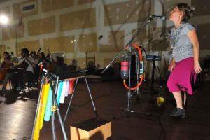 Al Lado de la Orquesta con Mangueras, Tubos y Botellas