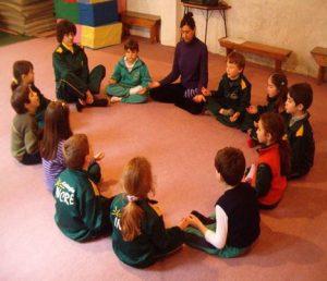 Pedagogia-3000-Ni-os-meditando
