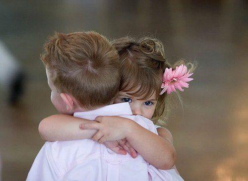 Niños abrazandose