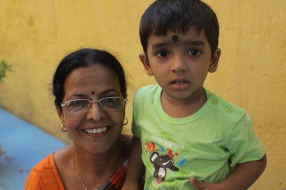Niño y madre hindues