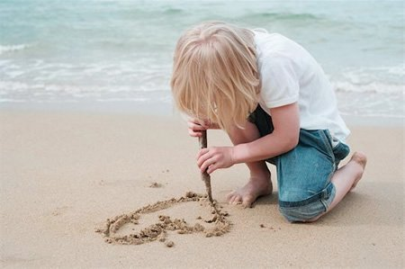 Niño dibujando un corazon