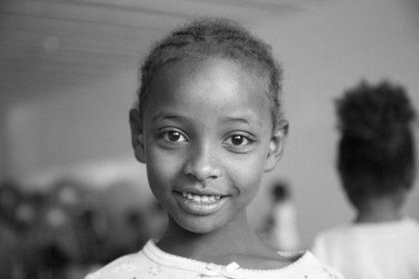 niña feliz sonriendo alegre hermandadblanca.org