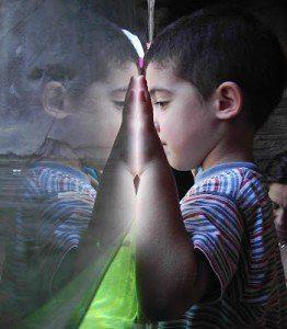 Niño mirandose en el espejo hermandadblanca.net