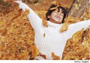 niño feliz hojas otoño hermandadblanca.org