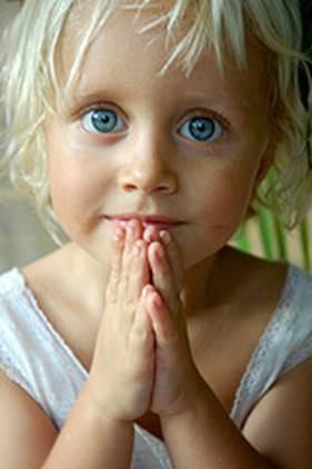 niña rubia rezando hermandadblanca,org