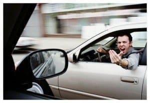 Energúmeno hombre gritando con estrés