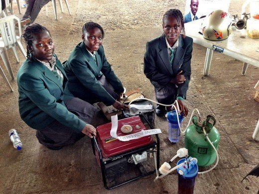 Adolescentes nigerianas construyen generador eléctrico con orina 1