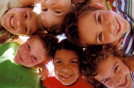 Niños felices jugando hermandadblanca.org