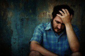 hombre sufriendo sufrimiento sufrir dolor 002