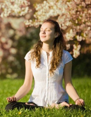Meditación mujer meditando bajo un arbol cerezo -hermandadblanca.org