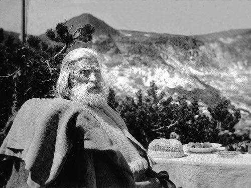 Maestro_Beinsa_Duno sentado cerca de unas montañas