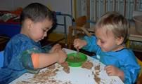 niños jugando con pinturas