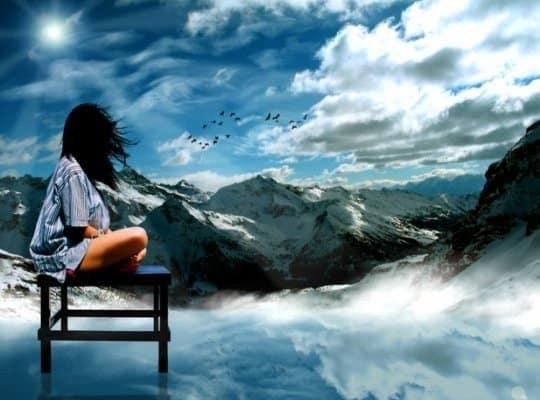 mujer mirando montañas con nieve