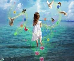 niña corriendo por el mar con mariposas