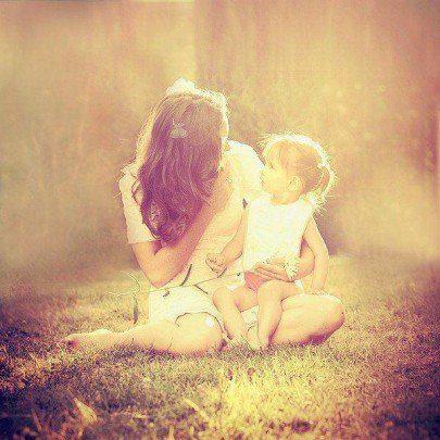 Mama y niño con luz