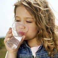 Niña bebiendo agua girl water