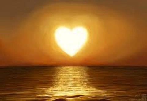 corazon de luz en el mar