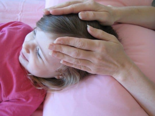 niño manos en cabeza reiki