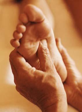 Reflexologia podal tocando el centro de la planta del pie
