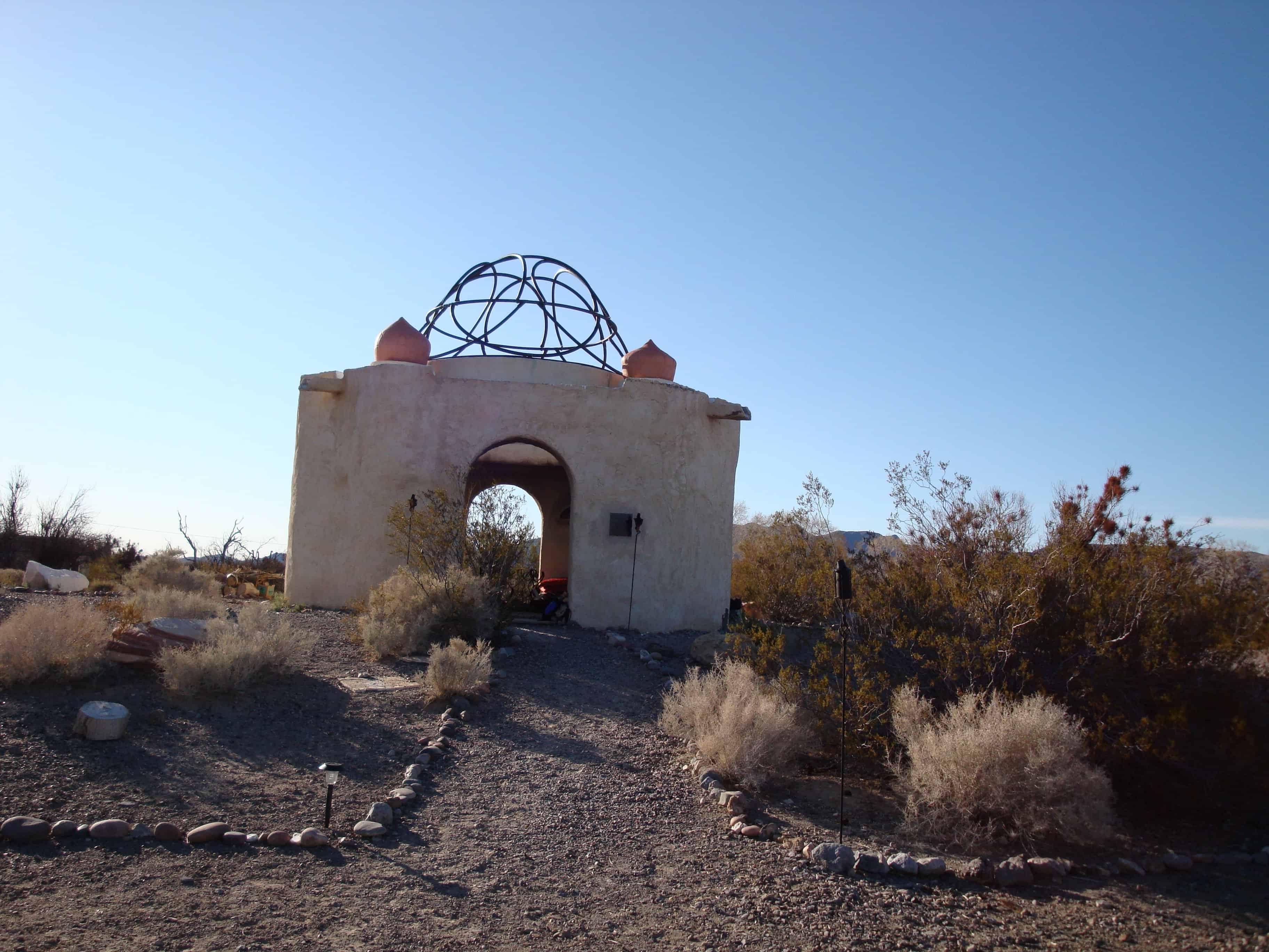 Rituales de carolina - paisaje con casa y simbolo en piedras