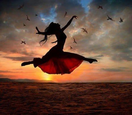 mujer bailando por encima del mar
