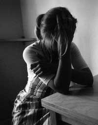 mujer sufriendo sufrimiento sufrir dolor 004