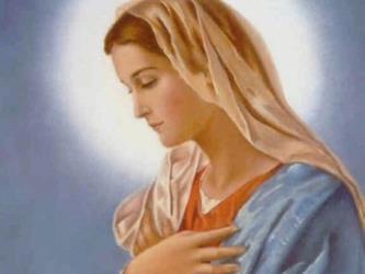 Madre María con aura blanca y manos en el corazón