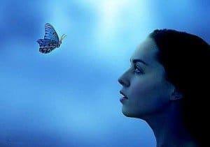 mujer y mariposa, cielo azul, conexión