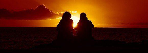puesta de sol en pareja hombre y mujer