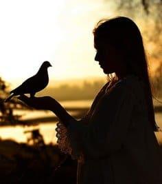Espiritualidad por Mer Vivar - Mujer con un pájaro en la mano