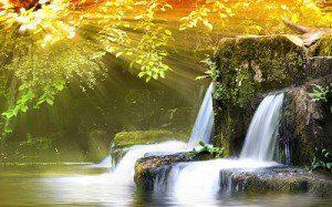 cascada de agua con luz