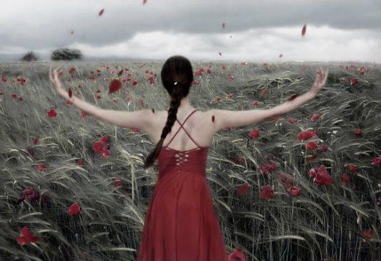 desapego- mujer con los brazos abiertos