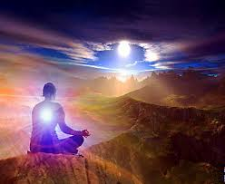 evolución espiritual hombre meditando montañas luz interior