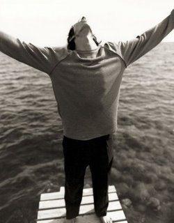 hombre con los brazos abiertos- randallita