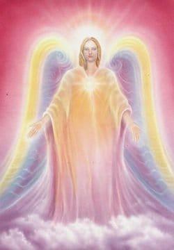 Arcángel Uriel con alas violetas y amarillas con fondo rosa