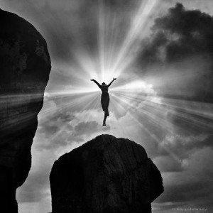 hombre en el aire en el centro de luz