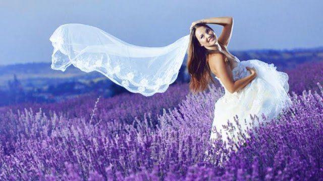mujer en el campo de lavanda