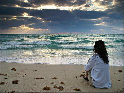 Mujer mirando el mar la vida bella