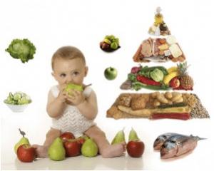 Bebé con fruta, dieta, comida sana