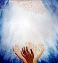 energía angelical y de luz entre la manos