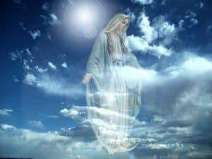 madre maria en cielo azul con las manos abiertas
