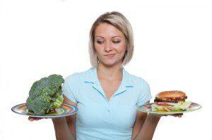 mujer con platos de comida en la mano