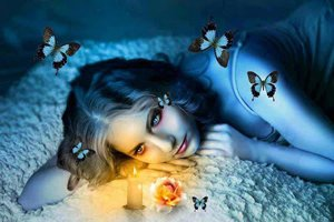 mujer azul mariposas vela